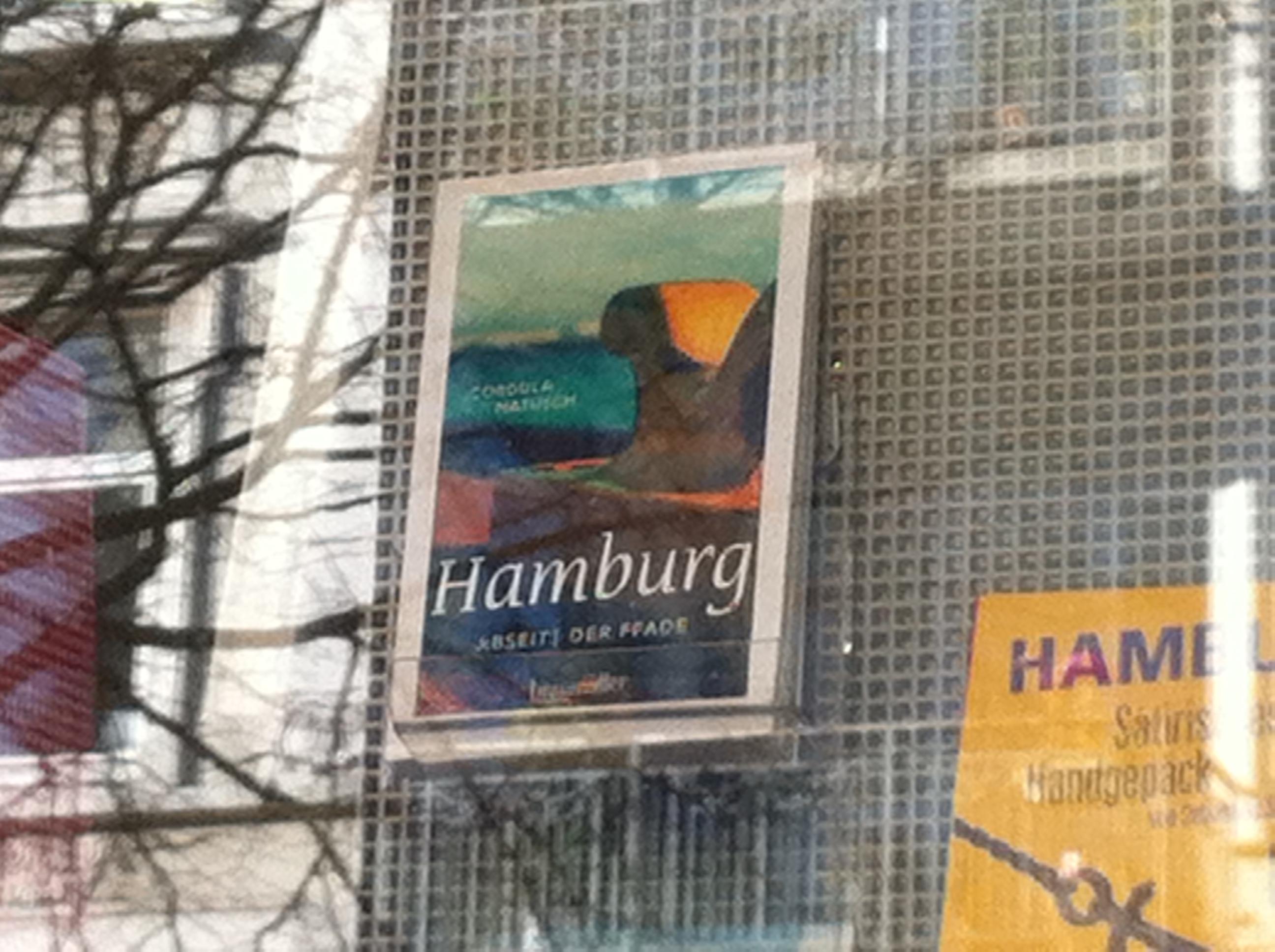 Mein Hamburg-Reiseführer im Schaufenster der Buchhandlung am Mühlenkamp