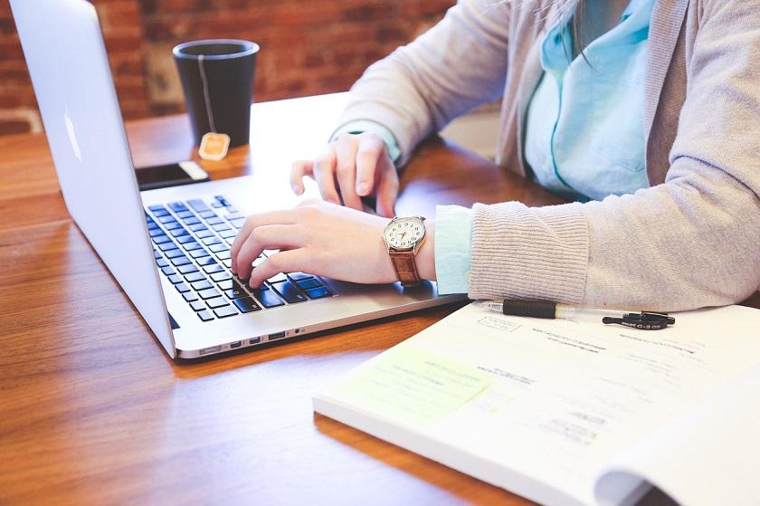 Schreibtische ermöglichen ergonomisches Arbeiten.